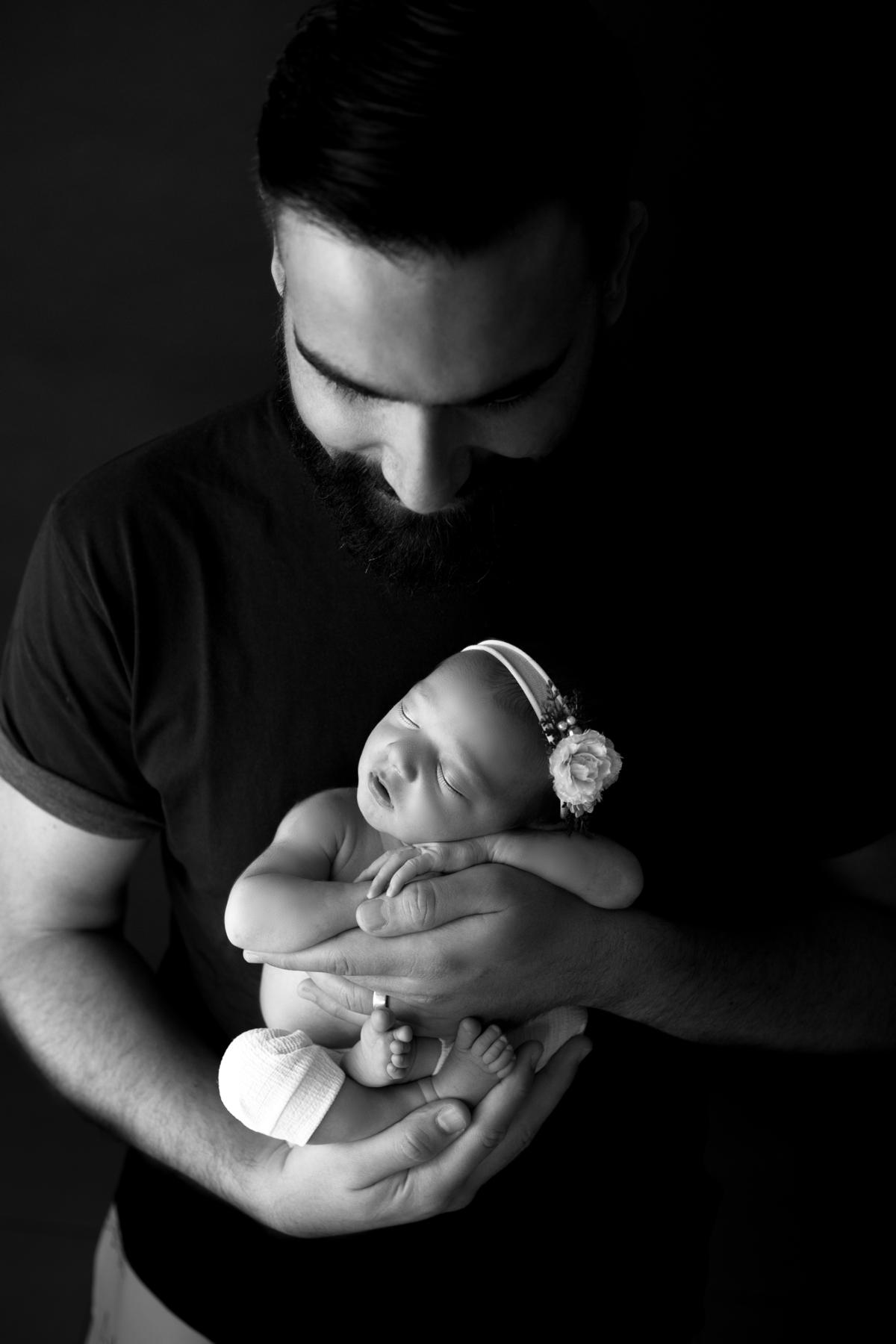 Papai e filha recem nascida em preto e branco, ensaio newborn em Brasilia,