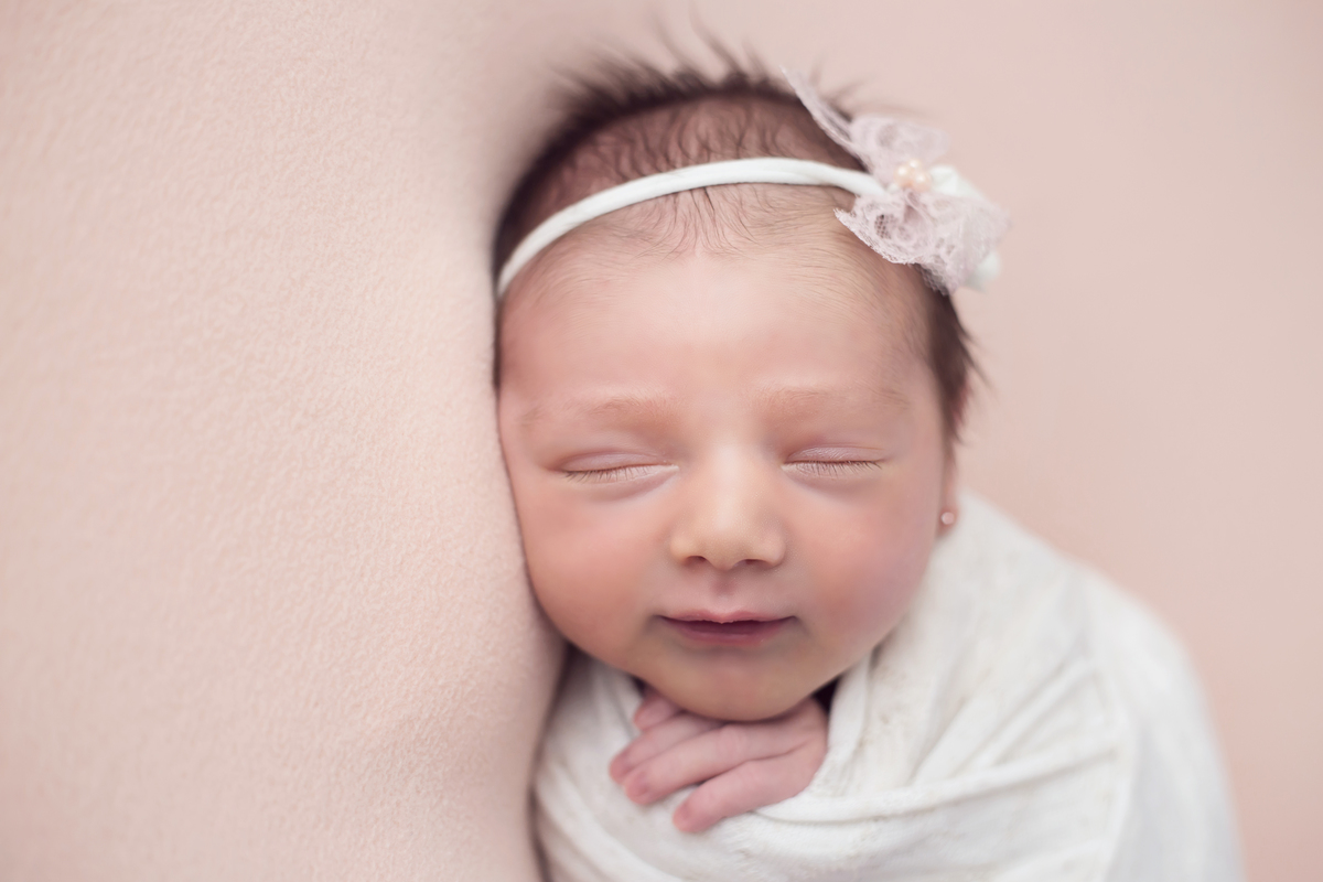 Close em bebê newborn manta rosa, estudio Gabi Aine Brasilia DF