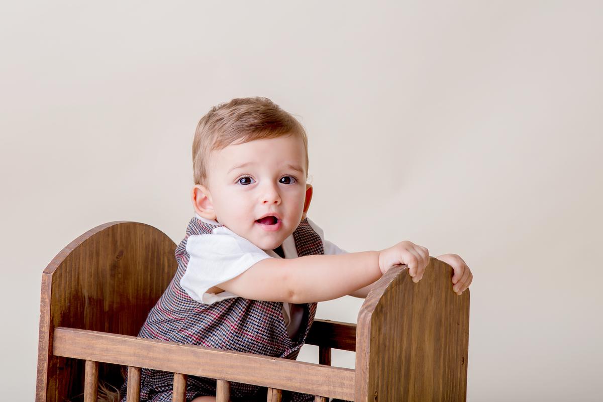 bebê sorrindo em ensaio de acompanhamento de 9 meses