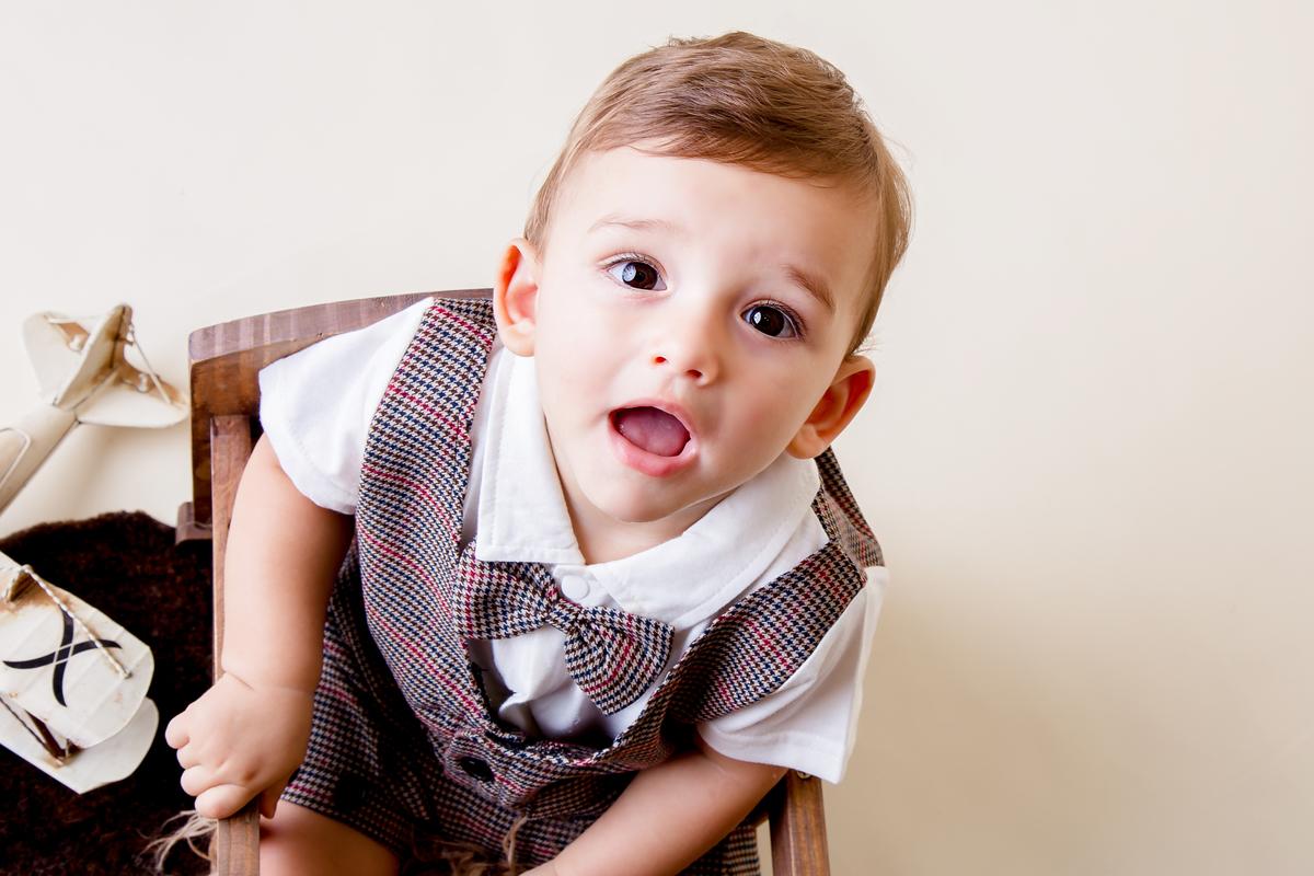 Olhando para cima bebe de nove meses, ensaio acompanhamento primeiro ano, Brasilia, Gabi Aine