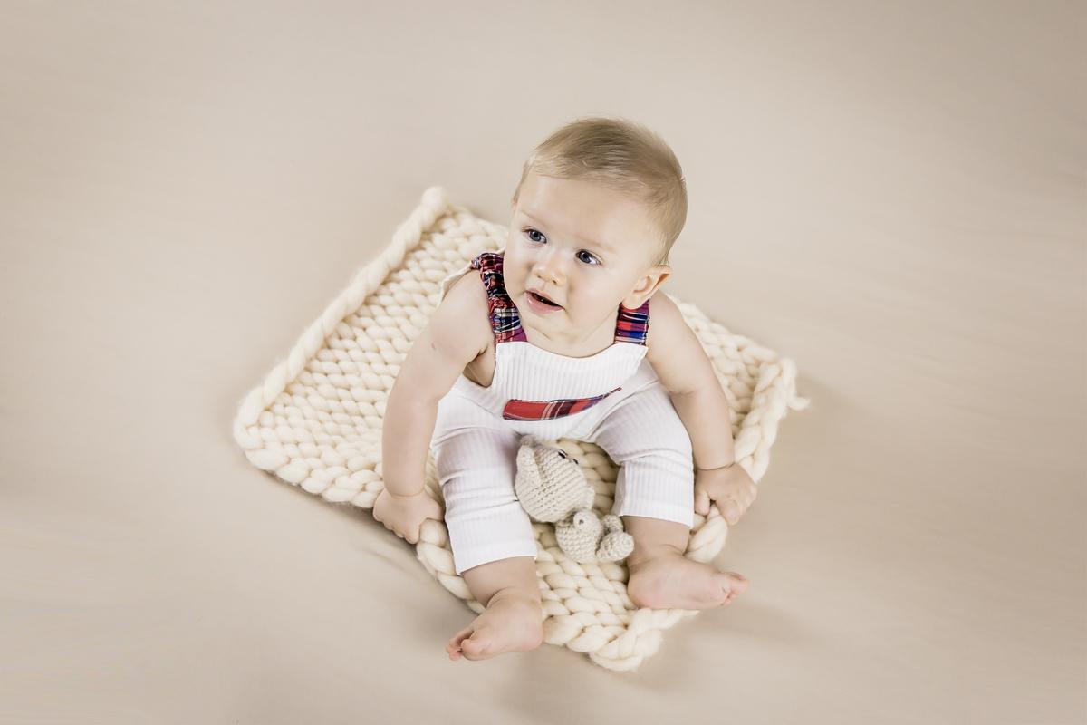 foto de cima de bebê de seis meses, acompanhamento de seis meses primeiro ano, Gabi Aine