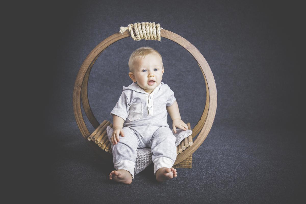 bebê de seis meses sentado, acompanhamento primeiro ano