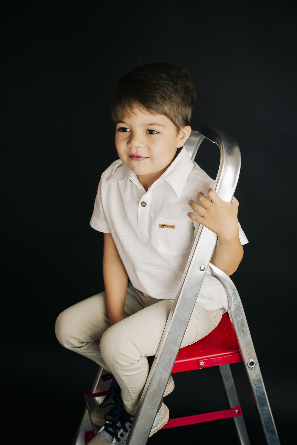 Fotografia infantil, criança em estúdio, editorial