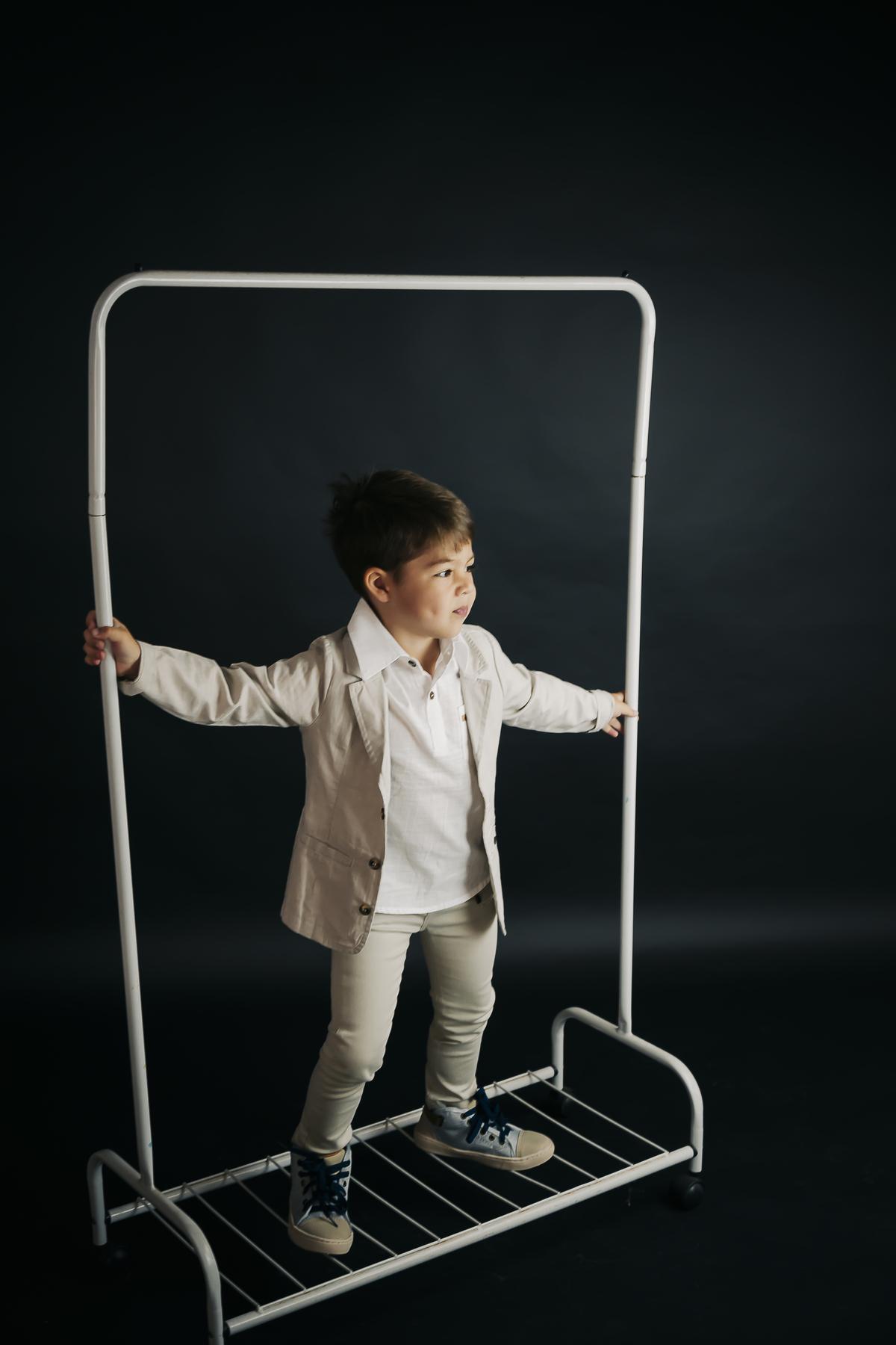 Ensaio infantil menino em estúdio Brasilia, fundo preto