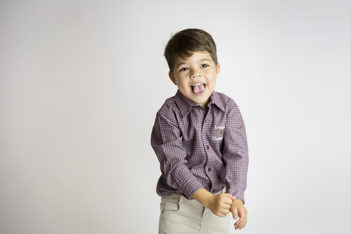 Enaio fundo branco, editorial infantil, menino de seis anos, Brasilia DF
