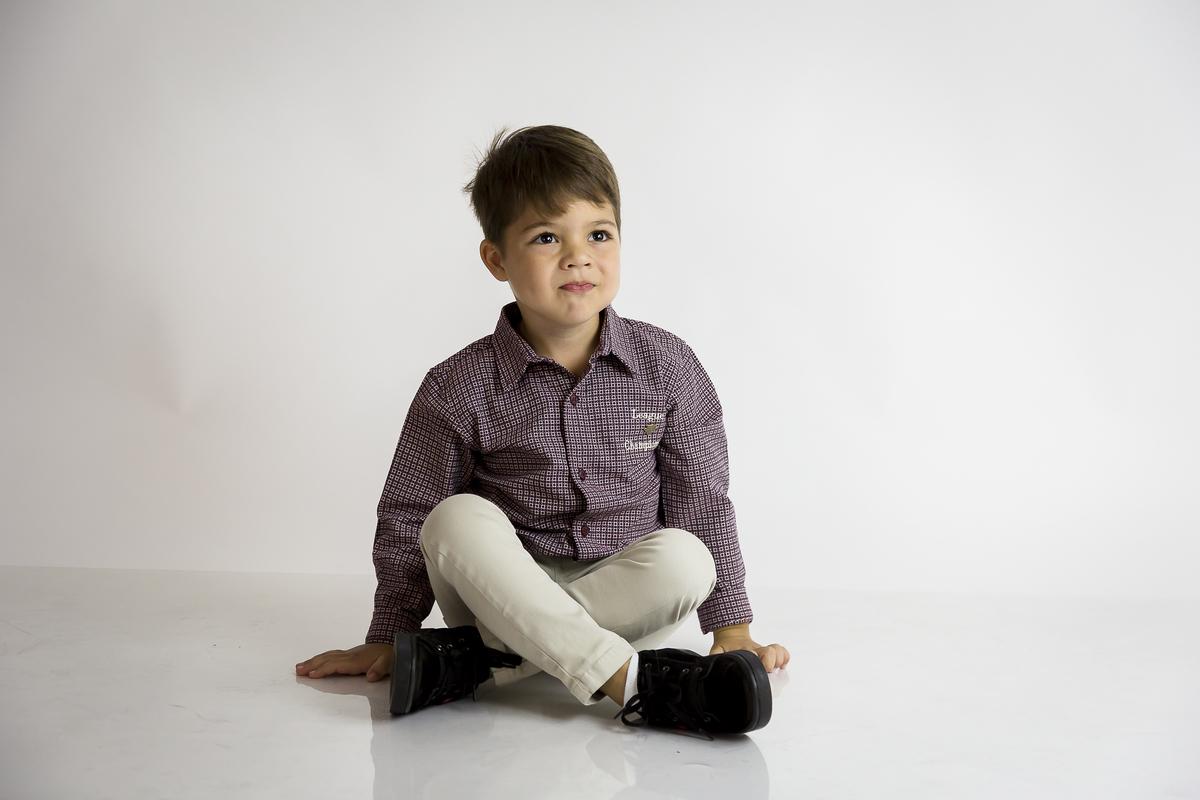 Fotografia de menino, fundo branco, editorial