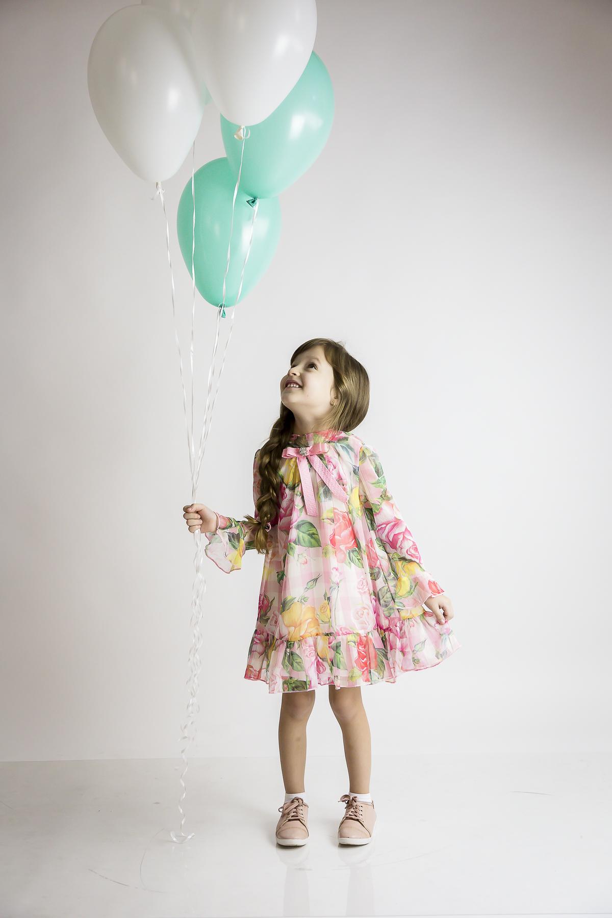 Foto com balão, editorial menina, estúdio Gabi Aine
