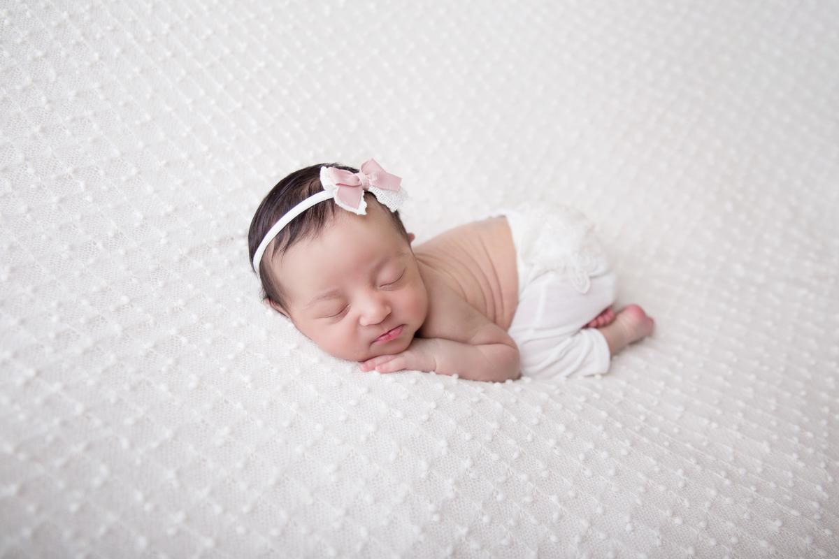 Newborn Menina, Newbirn em Brasilia, manta branca, pose do bumbum, Gabi Aine