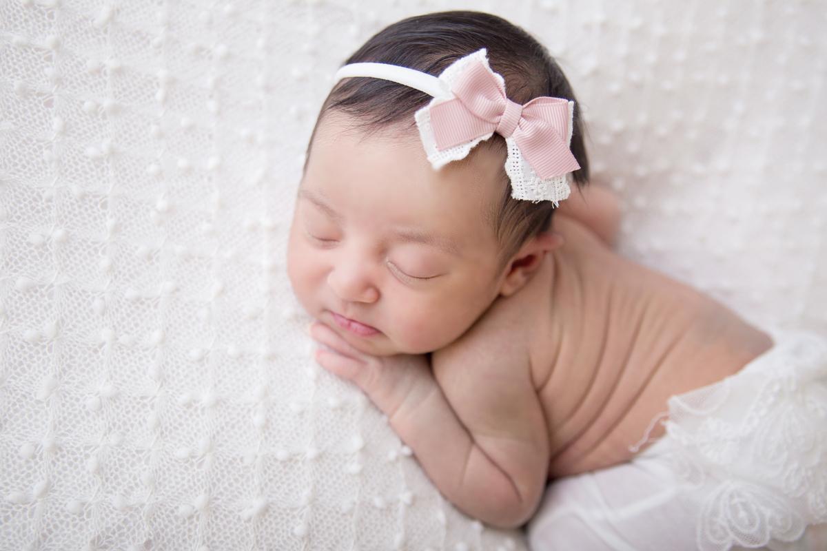 Newborn Brasilia, manta branca, delicadeza do newborn menina