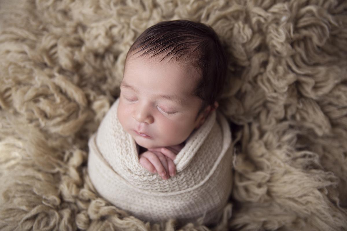 Newborn saco de batata no flokati, ensaio newborn em Brasilia