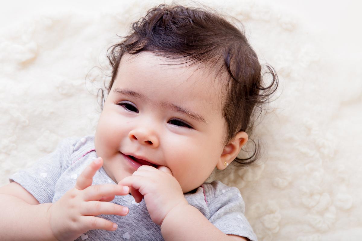 Bebe mãpo na boca ensaio infantil, acompanhamento primeiro ano, bebe de seis meses