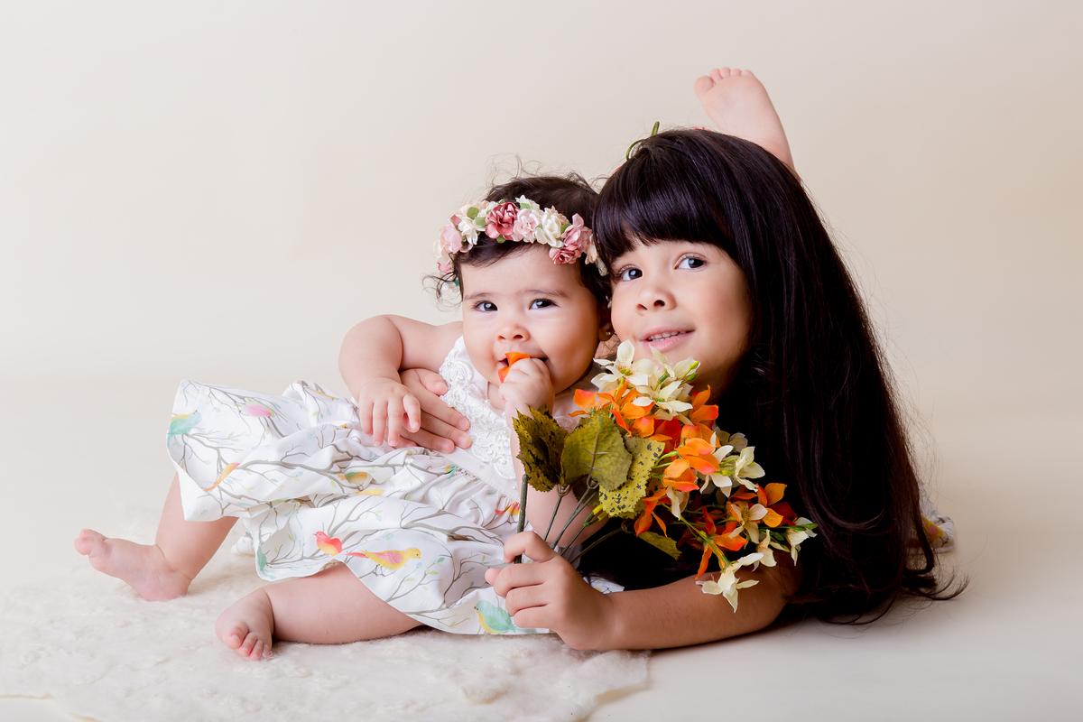 Amor de irmão em ensaio de acompanhamento do primeiro ano, ensaio bebe Brasilia