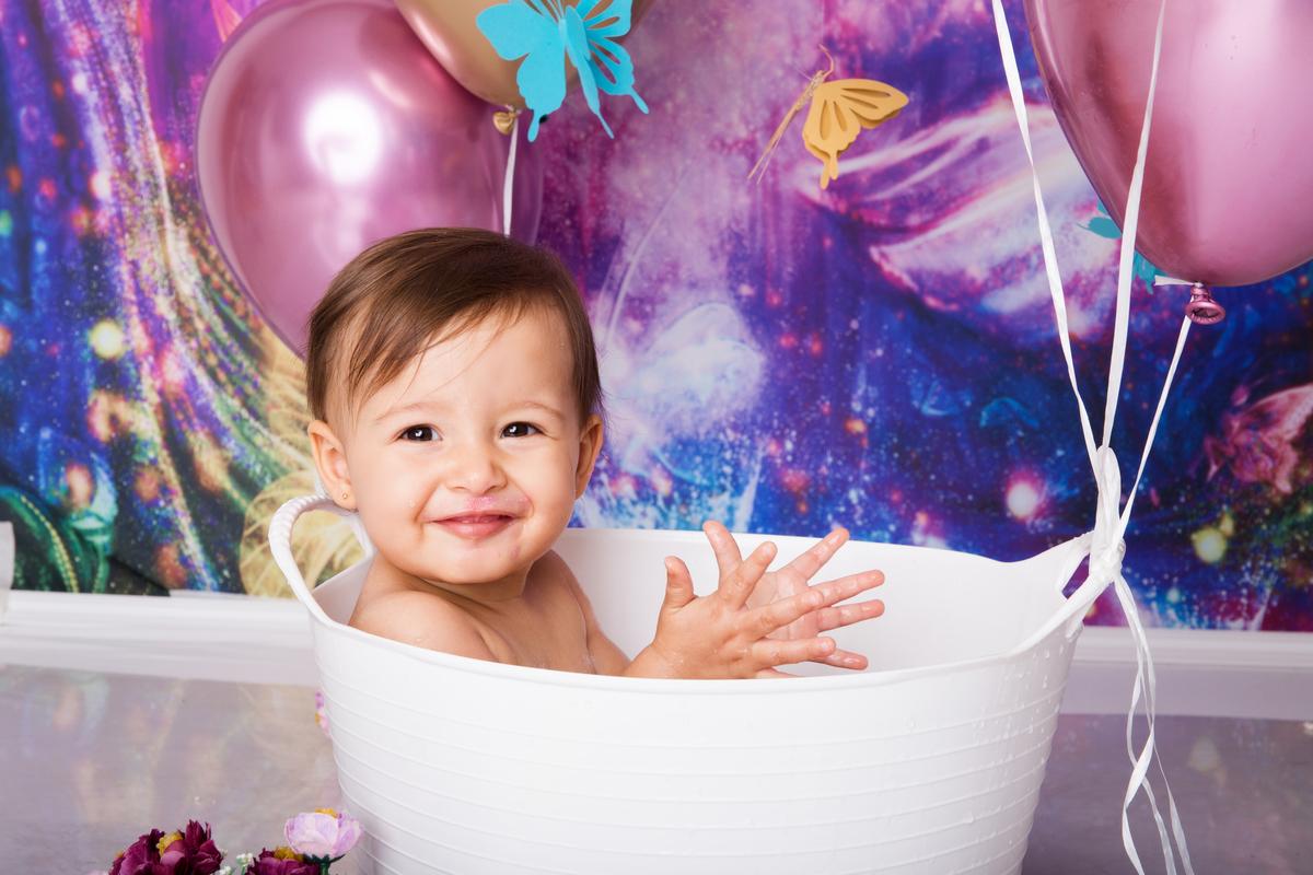 banho no ensaio com o bolo, cake smash, ensahio smah the cake em Brasilia, roxo, balões e jardim de borboletas