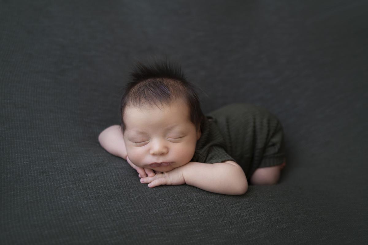 Pose fofura ensaio newborn, manta verde militar, ensaio em Brasília
