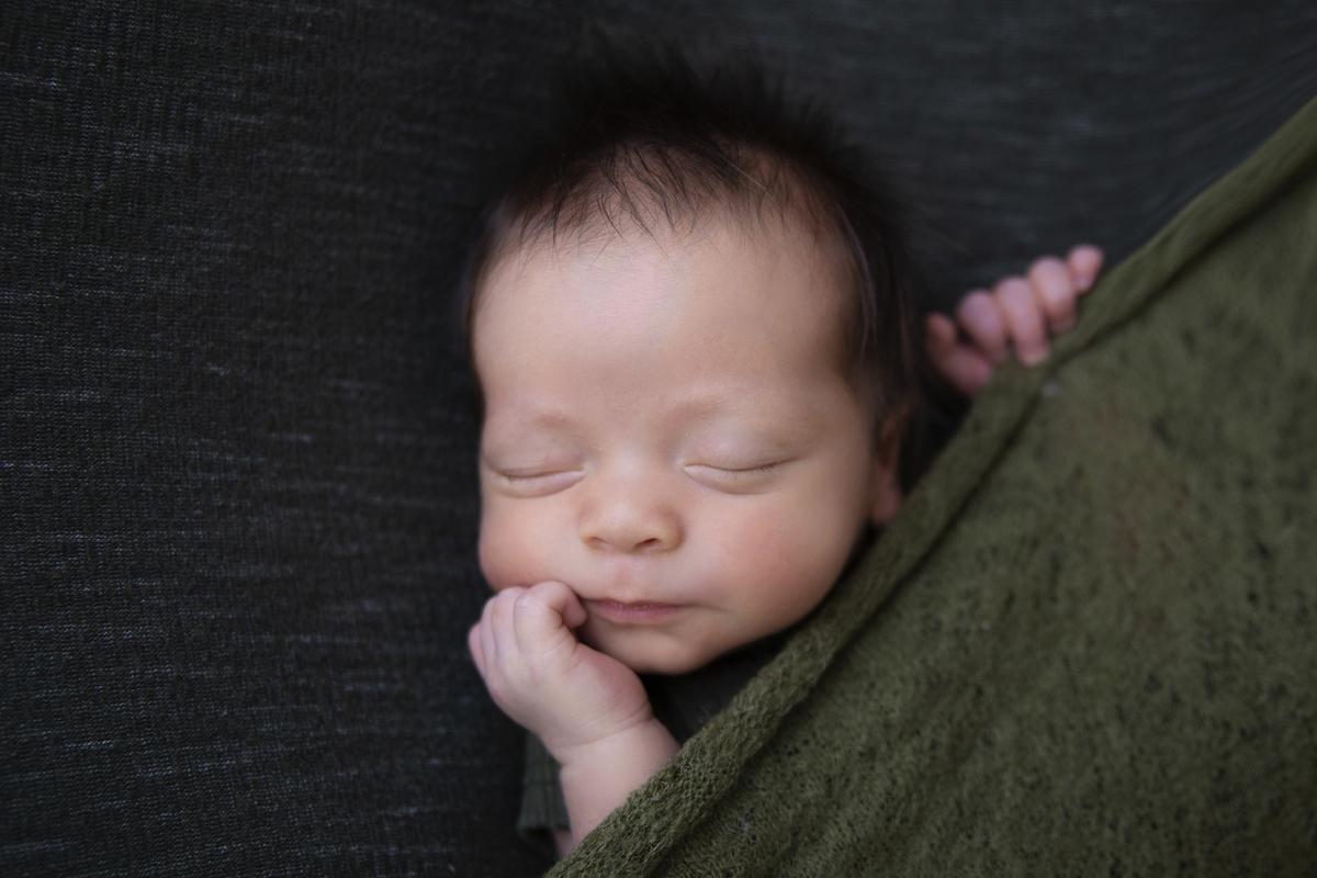 Bebe fofura manta verde militar ensaio newborn em Águas Claras DF