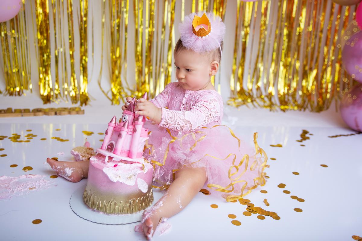Ensaio com o bolo Smah the cake,porimeiro ano menina