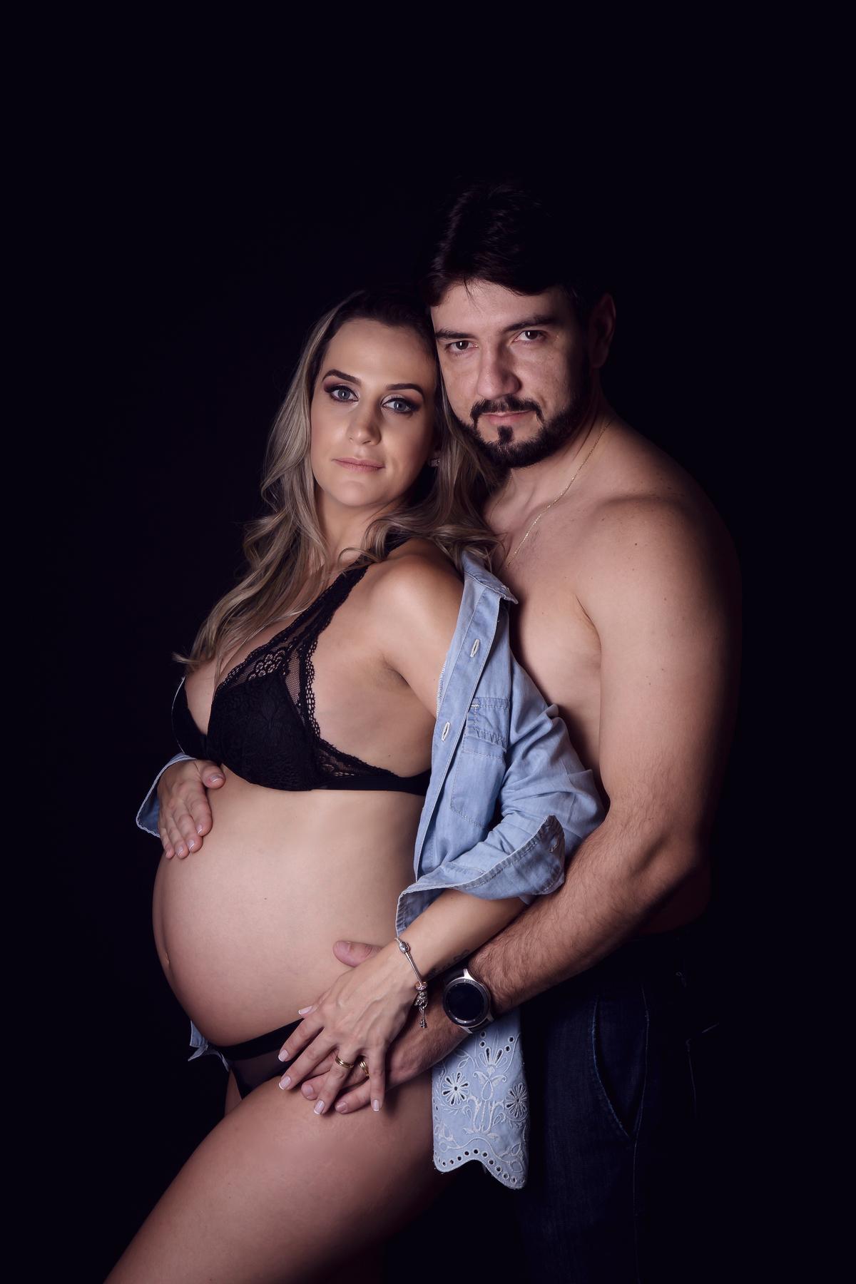 Gestante e marido em ensaio de casal, foto minimalista, editorial em estudio Brasilia DF