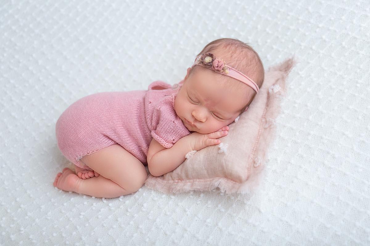 Ensaio Newborn Brasília menina roupinha rosa, Gabi Aine