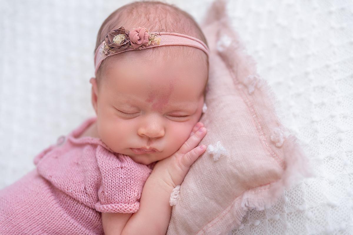 Ensaio Newborn Gabi Aine, rosinha, manta branca