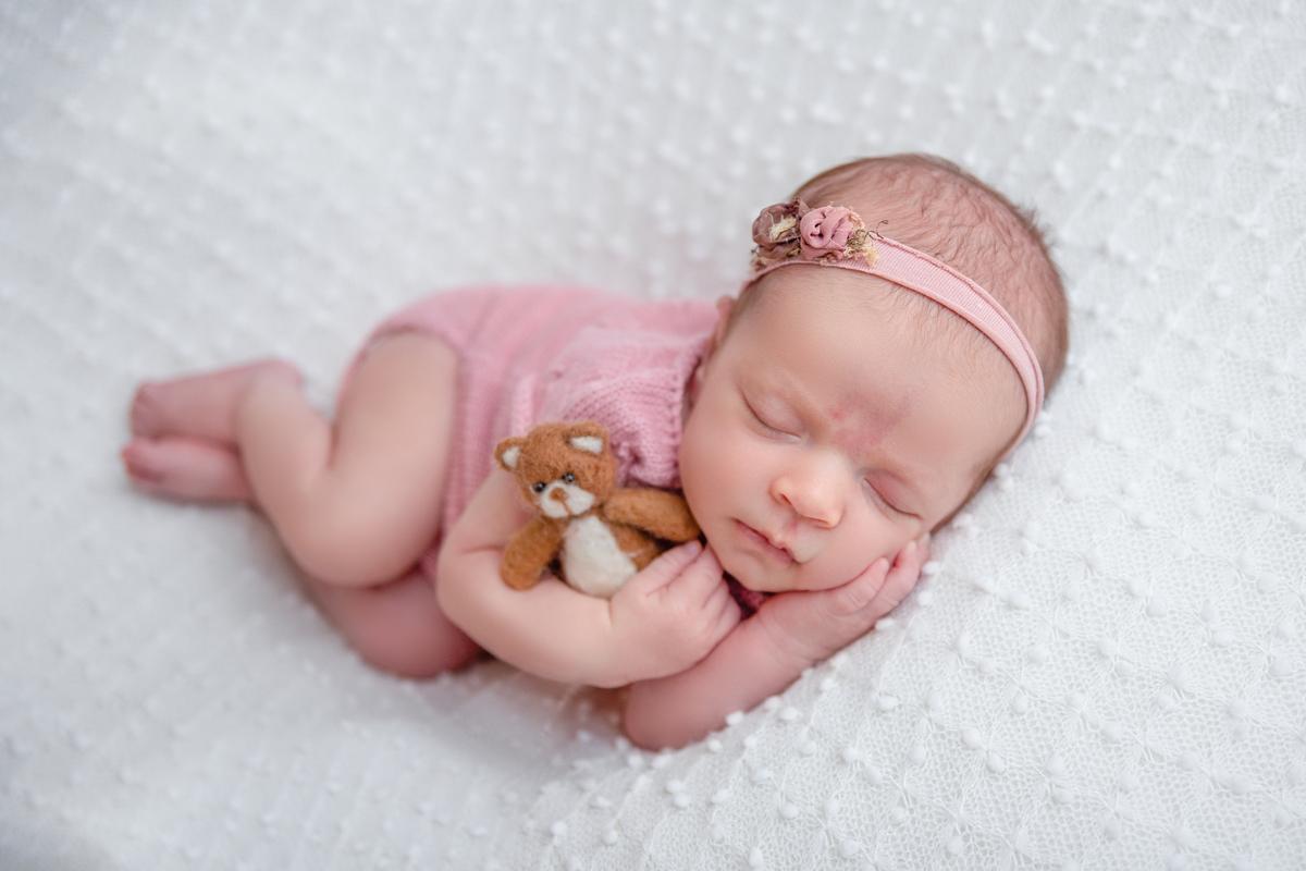 Newborn Brasilia menina com ursinho e manta pipoca branca