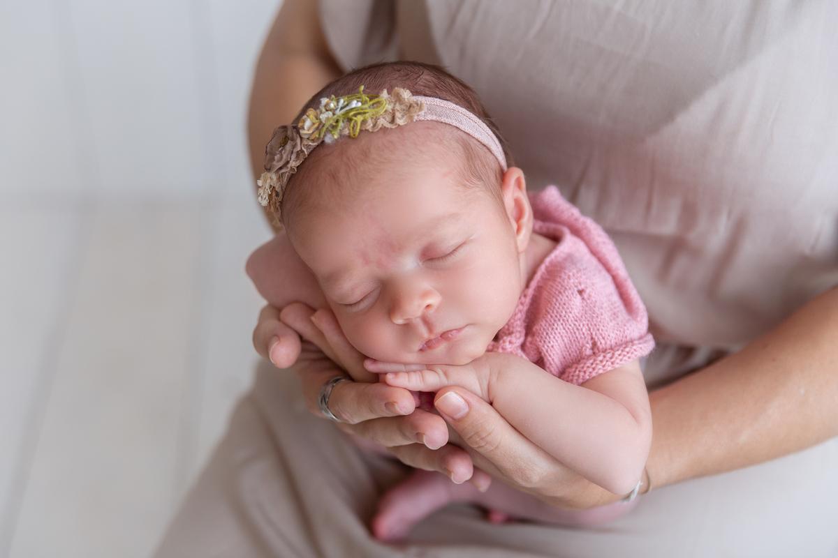 Newborn Brasilia nas mãos da mãe, Gabi Aine