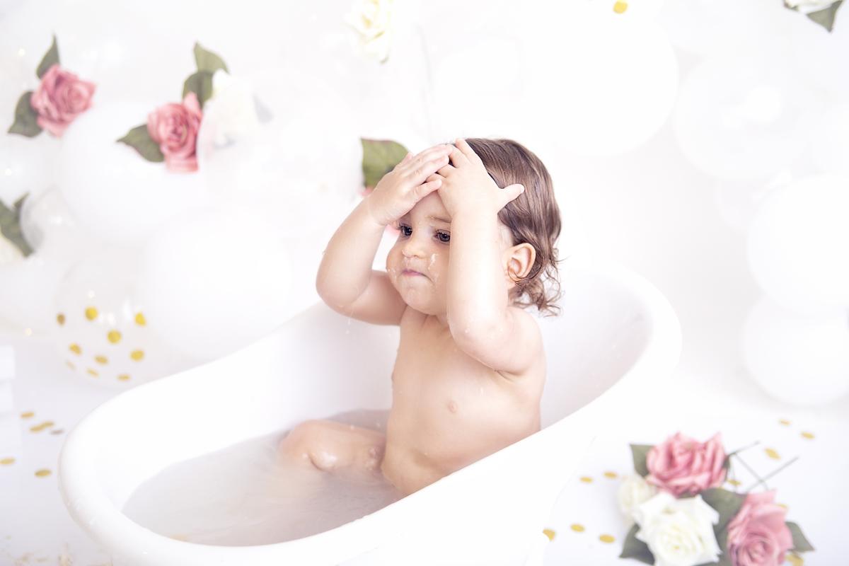 Hora do banho no ensaio Smash The Cake, tema jardim menina no estúdio