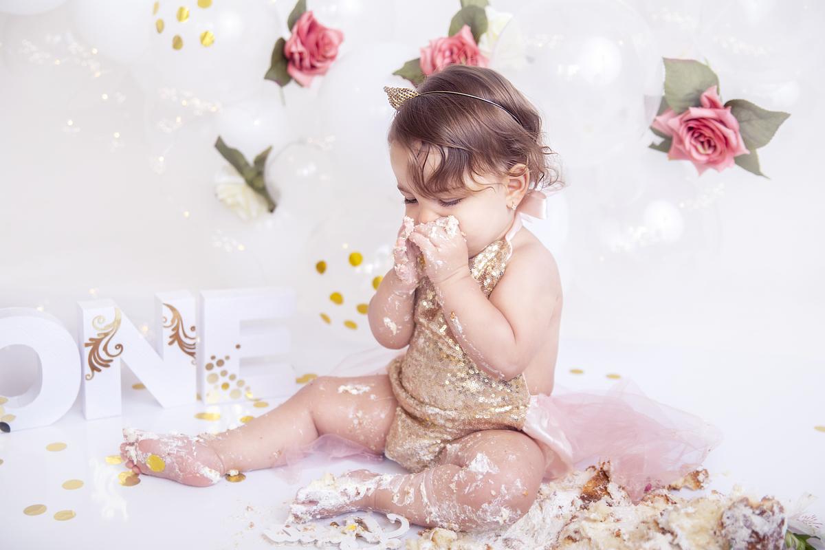 Ensaio com o bolo Smash The Cake menina tema jardim encantado tom branco e rosa claro