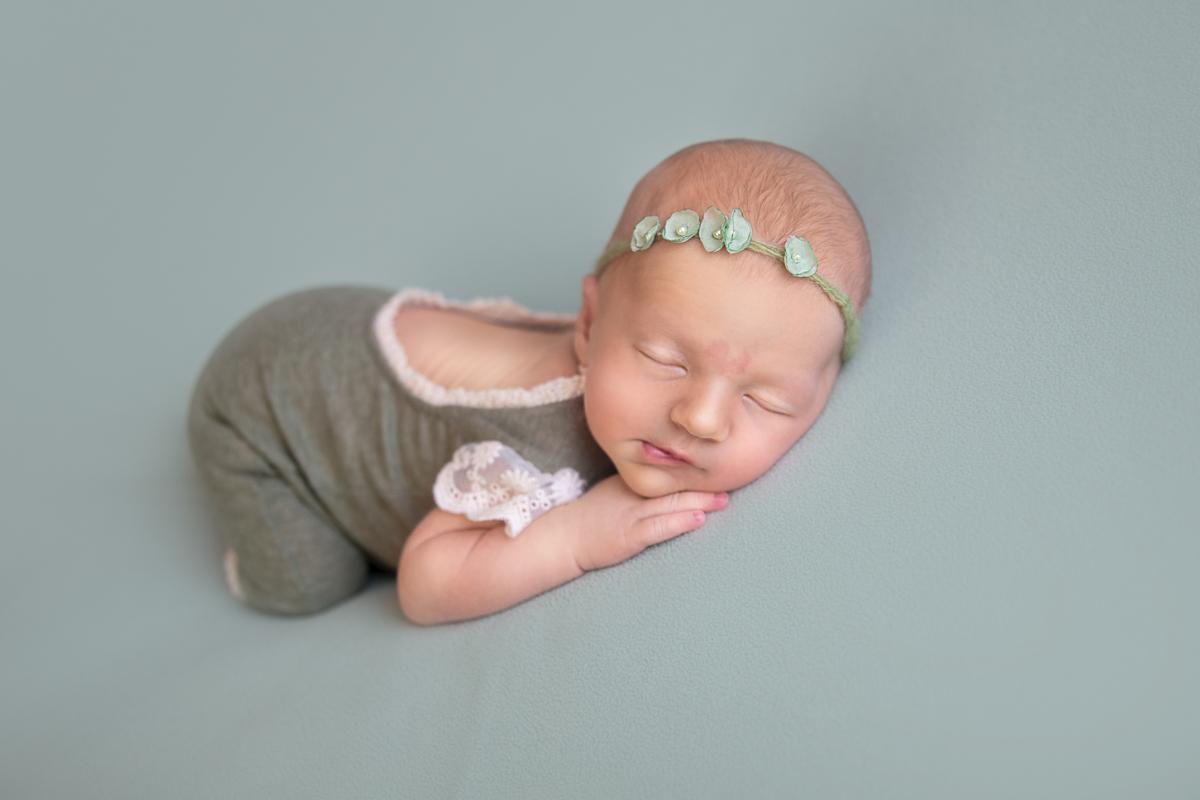 Ensaio Newborn Brasilia manta verde recém-nascida menina