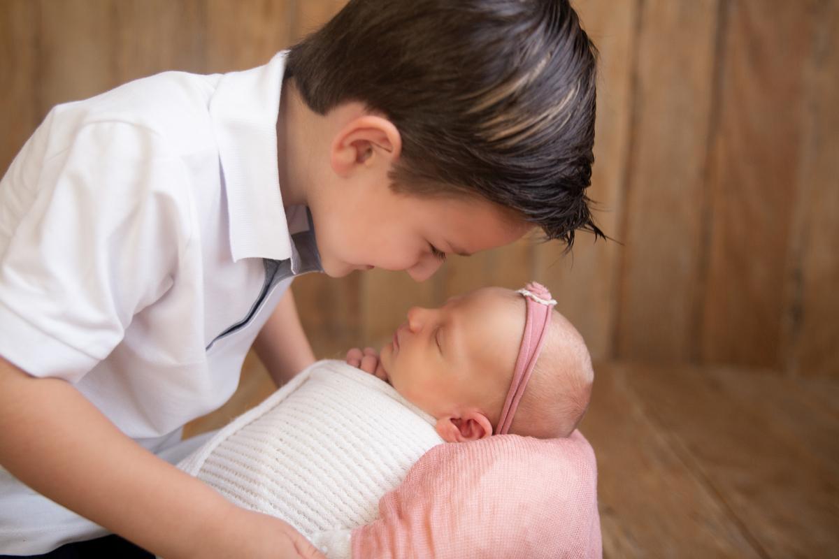 Amor de irmãos no ensaio newborn Brasilia
