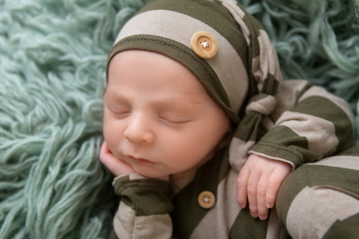 Detalhe close no ensaio newbirn em Brasilia, bebe menino, recem nascido, Gabi Aine