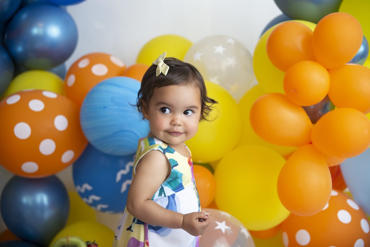 Ensaio Celebrar Smash The Frui, bolo de fruta, cenário colorido e alegre