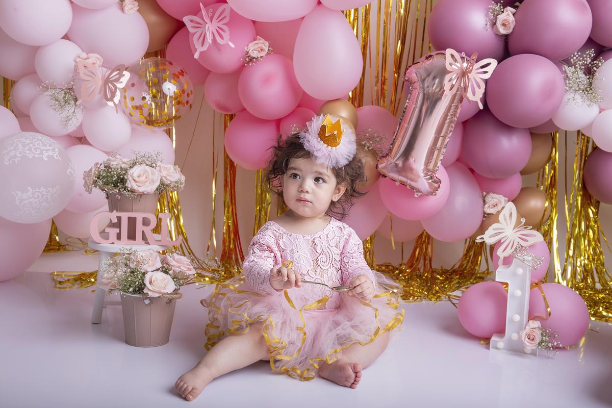 Ensaio com bolo, smash the cake em Brasilia, tema princesa, fundo rosa e dourado