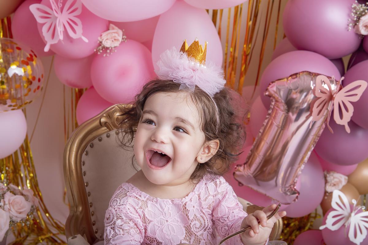 Sorriso no ensaio rosa e dourado Smash The Cake àguas claras DF