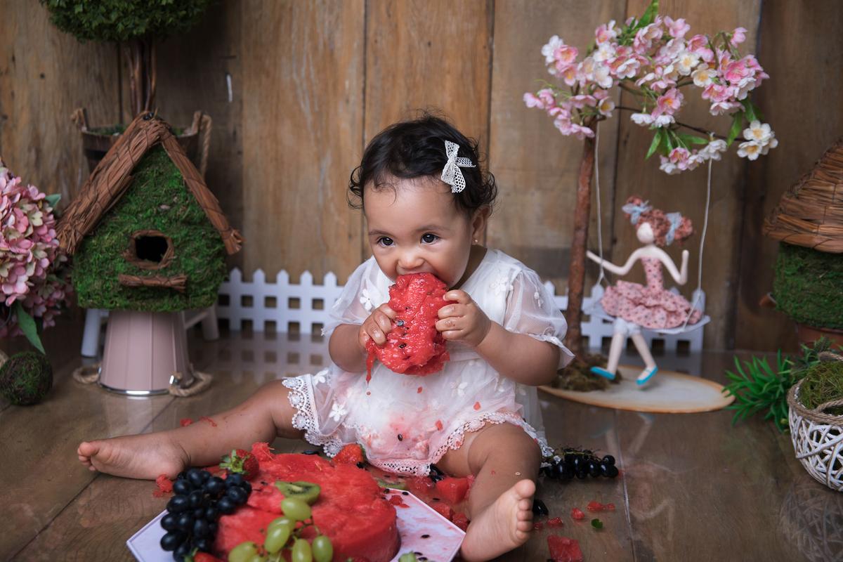 comendo bolo de fruta no ensaio Smash The Fruit Brasilia DF