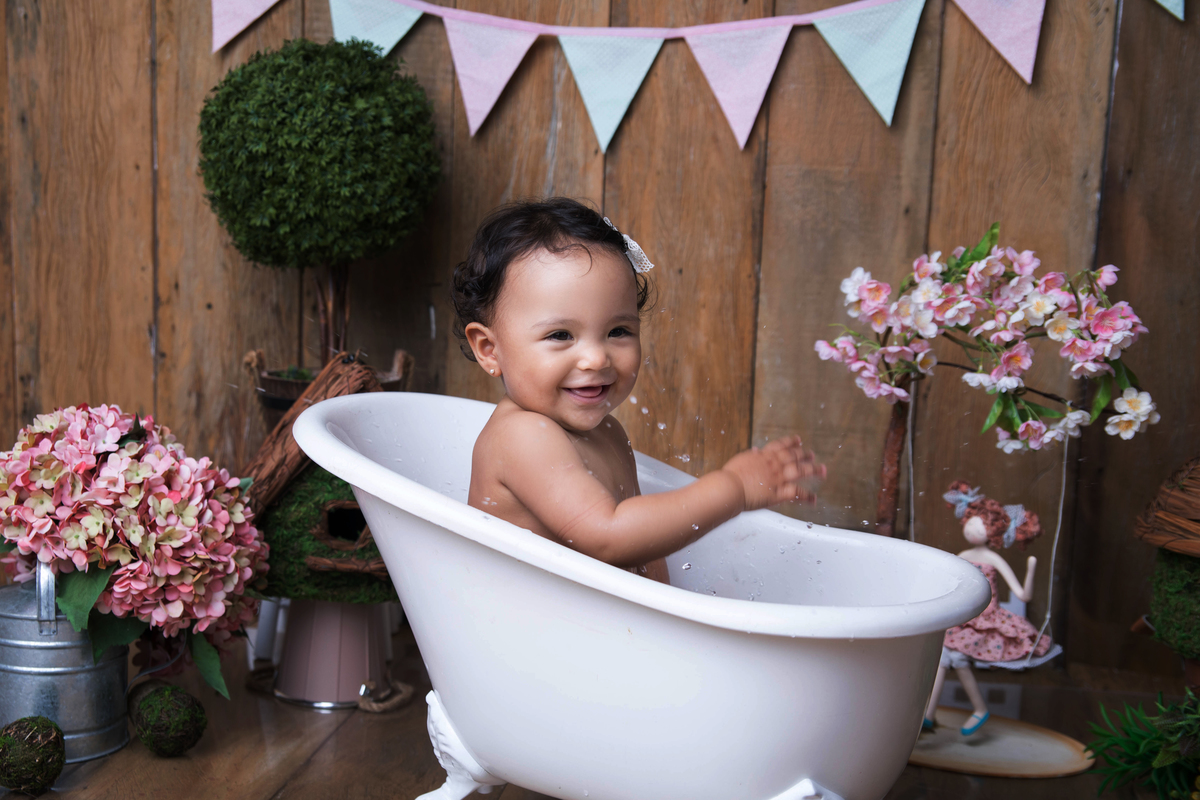 Sorriso na hora do banho bebe de um ano ensaio smash the Fruit àguas claras Brasilia