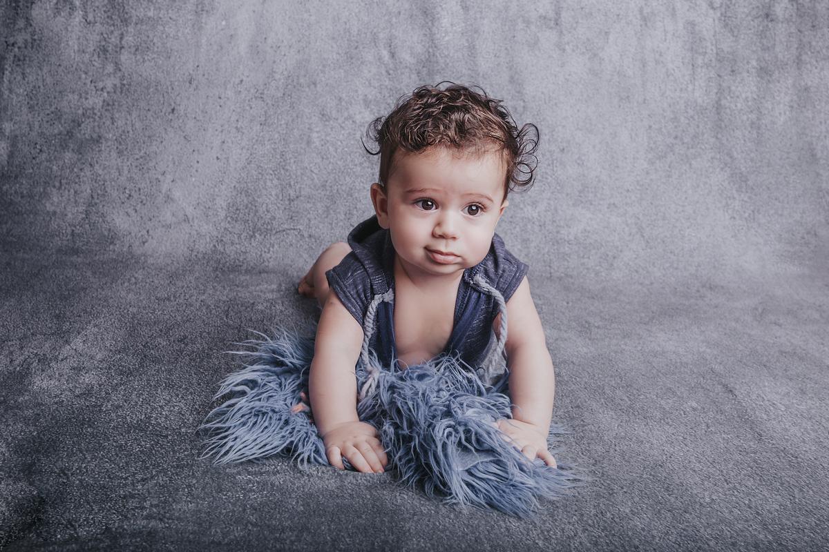 Bebe de seis meses no seu ensaio de acompanhamento, cinza e azul, Brasilia DF