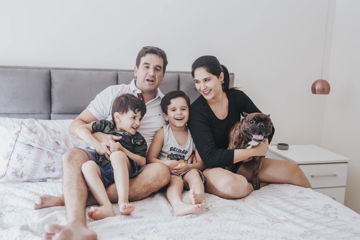 Ensaio família lifestyle cama dos pais em familia