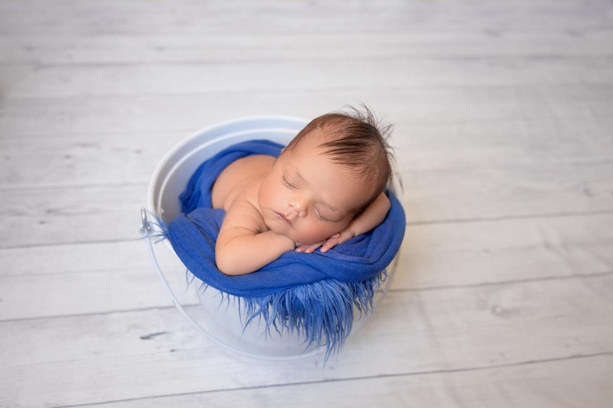 Bebe no baldinho Ensaio Newborn Brasilia DF