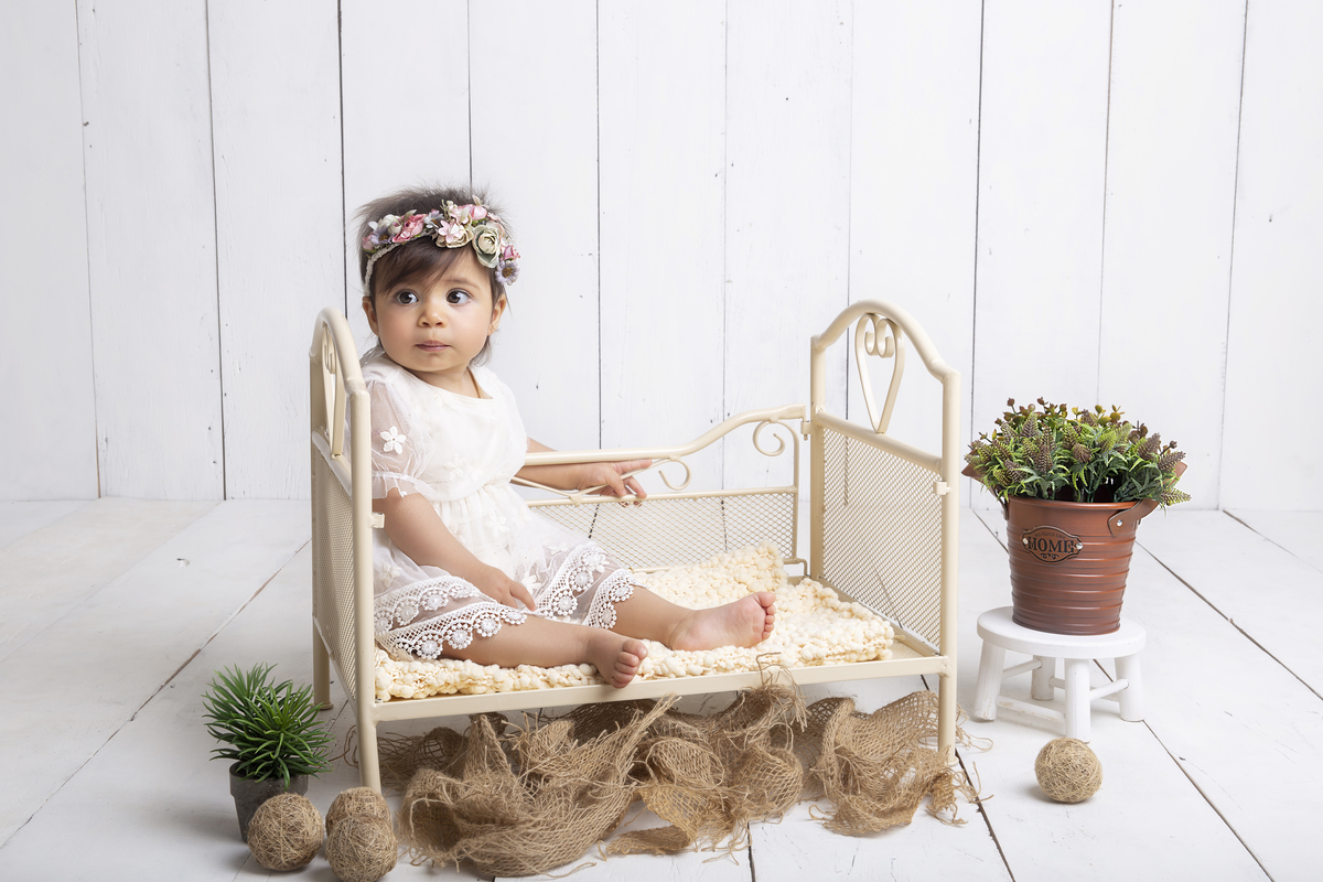 ensaio primeiro ano do bebê fundo branco, na caminha, Brasilia DF, Gabi Aine,