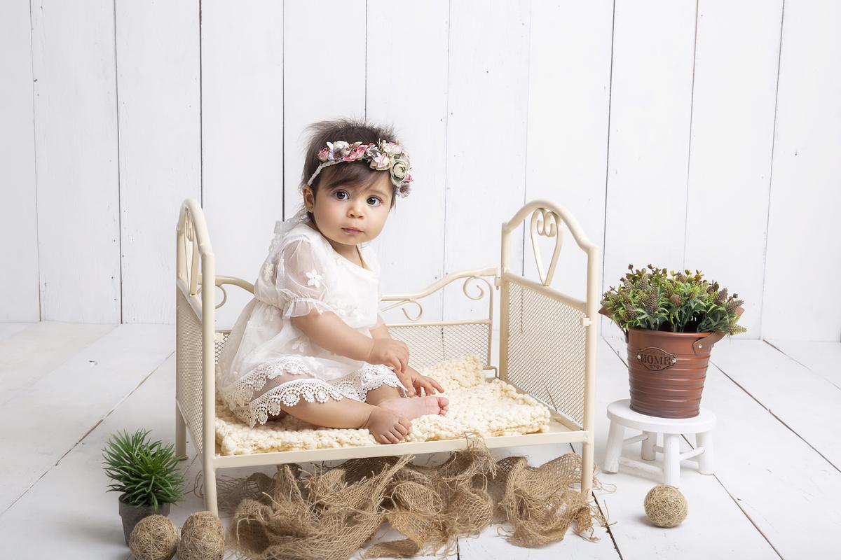 bebê na caminha, tiara florida, rustico, acompanhamento primeiro ano bebê