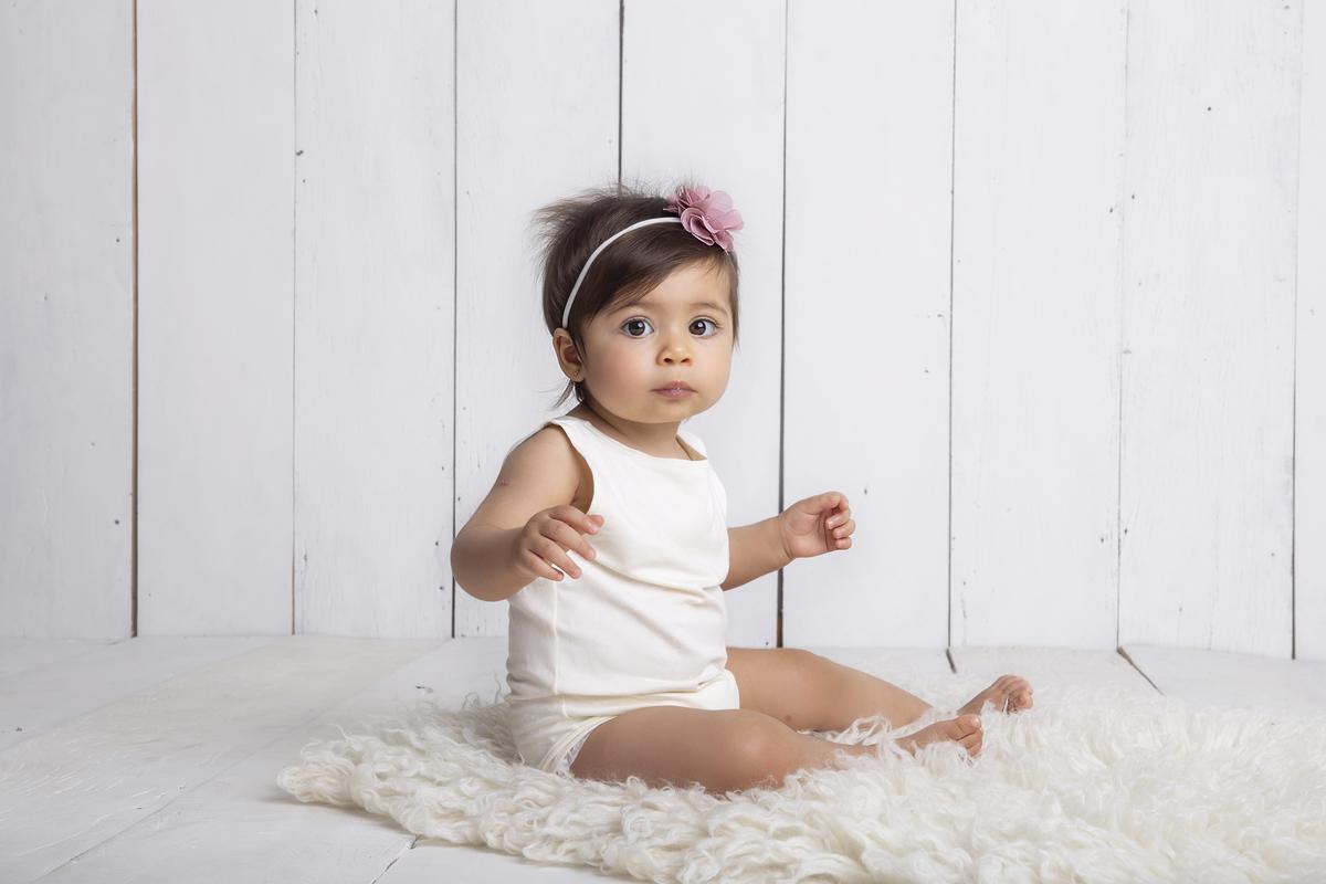 Fofura e delicadeza de bebê de 9 meses em seu ensaio de acompanhamento em Brasilia DF