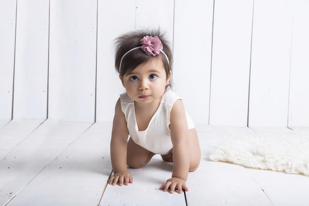 Ensaio trimestral de acompanhamento, bebê fundo branquinho, leve e atemporal estudio Gabi Aine Brasilia DF