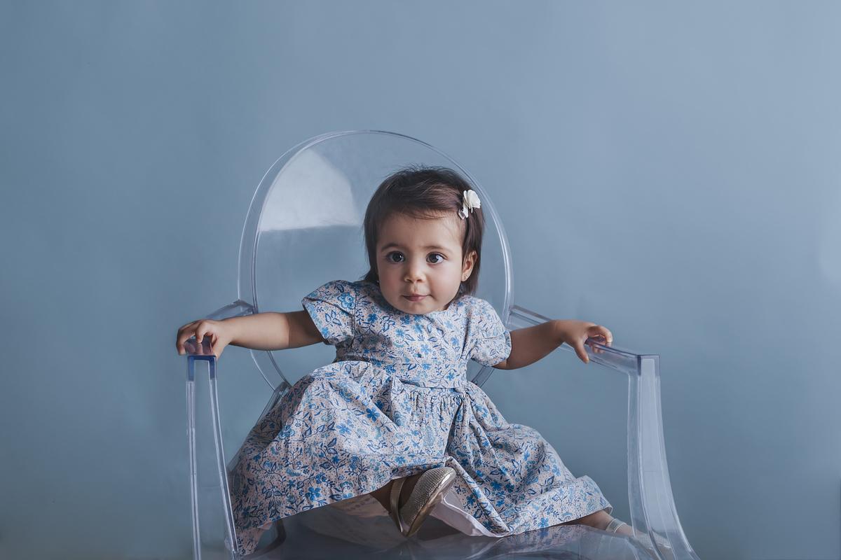 Fundo azul, primeiro ano de vida do bebê