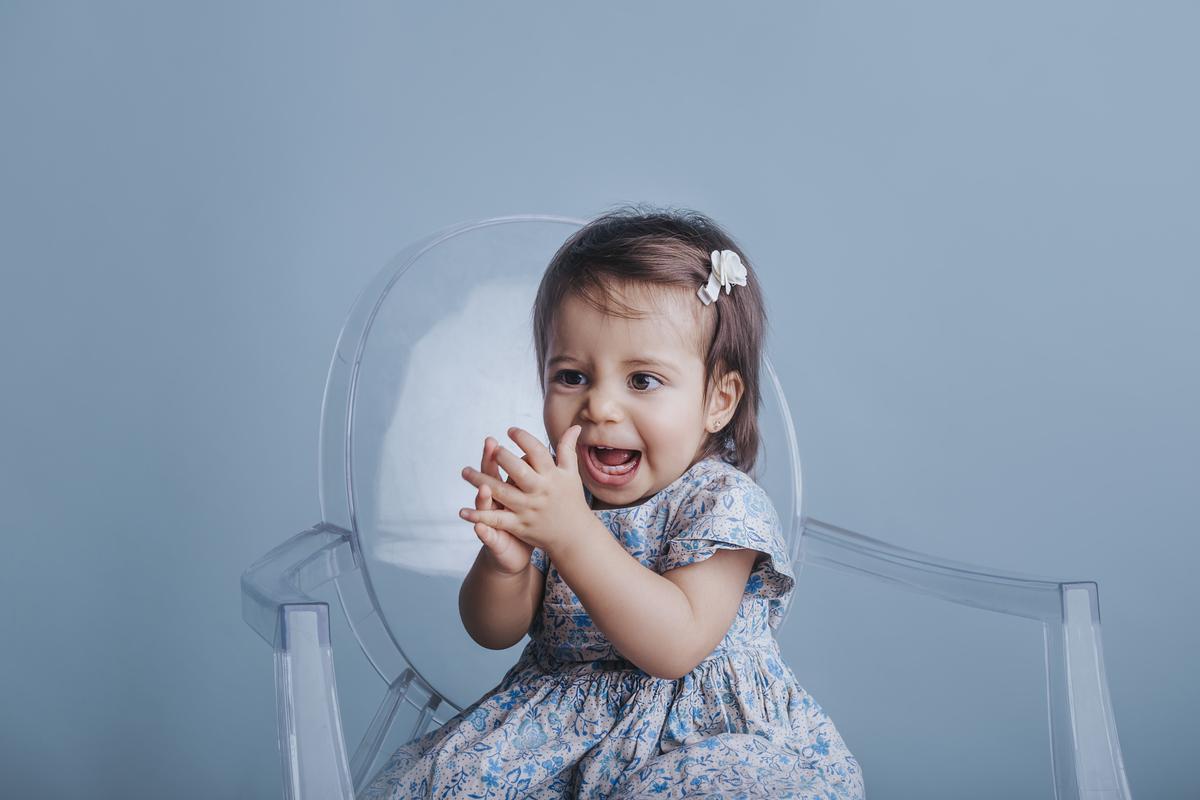 Parabens parabens, primeiro ano de vida completos, ensaios de 12 meses, fundo azul, Gabi Aine