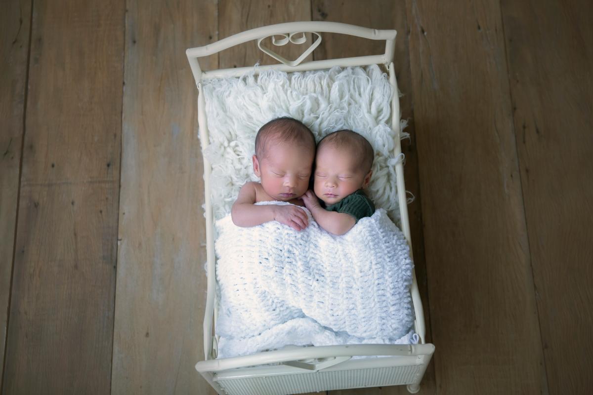 dupla de gêmeos na caminha Ensaio Newborn DF