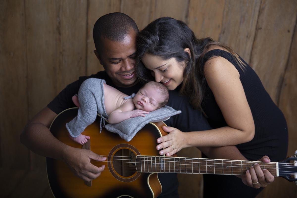 Violão e amor ensaio Newborn Brasilia DF, familia completa