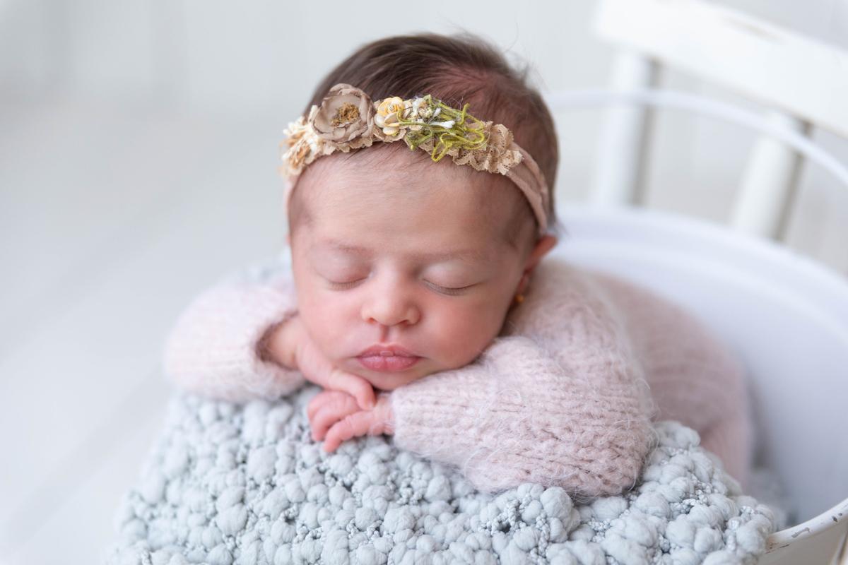 Bebê de bracinho baldinho branco, ensaio newbirn seguro Gabi Aine