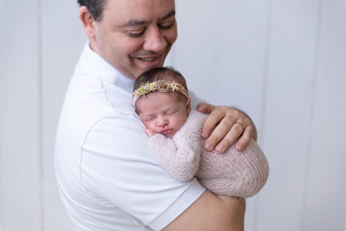 Newborn no colo papai Gabi Aine Brasilia àguas Claras DF