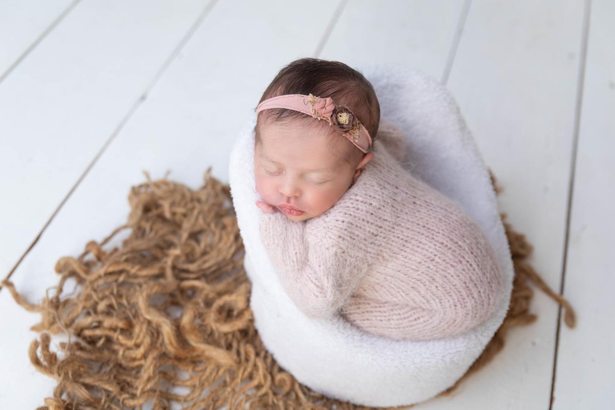 Bebe na cadeirinha Newborn delicado, Ensaio recém-nascido