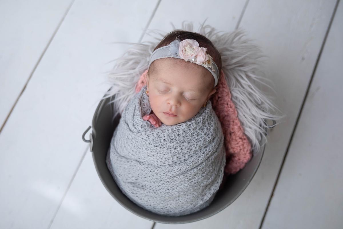 bebê no baldimnho cinza, recém-nascido, whap, ensaio seguri, ensaio newborn Braília